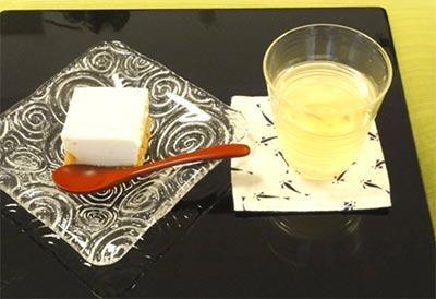 金時豆が入った和風チーズケーキの器はスガハラガラス、  水出し玉露は月夜野ガラスの冷茶碗で